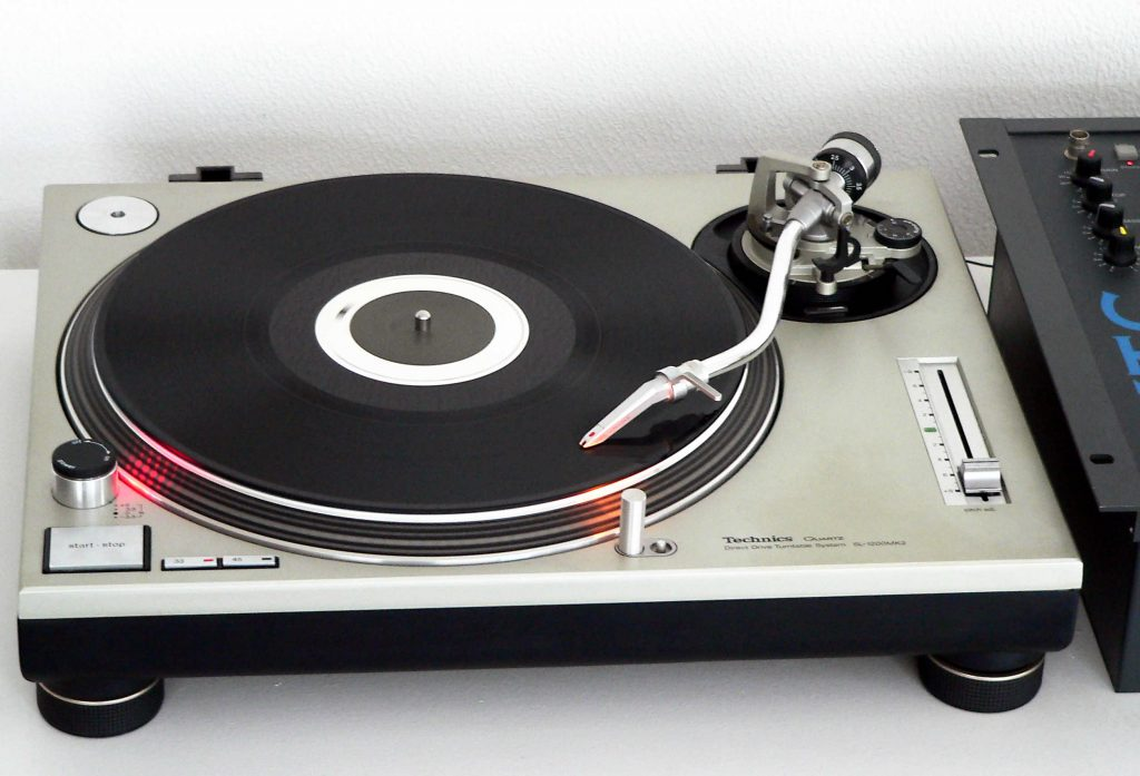 Set up a Technics_SL-1200MK2-2